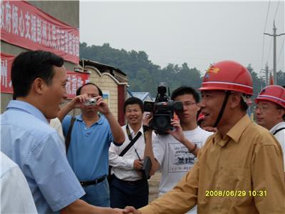 时任中大奖app委常委、福州市市委书记袁荣祥看望我司四川汶川地震救灾员工